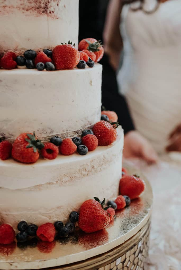 naked cake, berry cake, fresh fruit, wedding cake, less is more